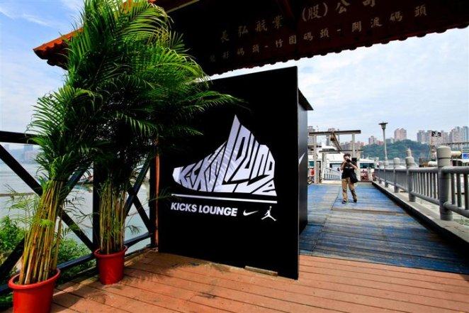 看到Kicks Lounge的招牌,都興奮了起來!